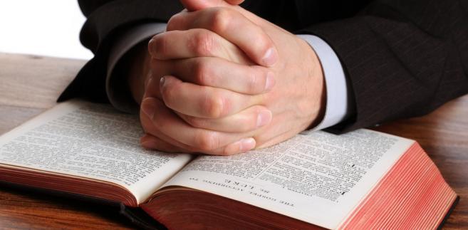 W odpowiedzi udzielonej przez wiceministra sprawiedliwości Marcina Warchoła przeczytać możemy, że przepisy prawa kościelnego nie należą do źródeł powszechnie obowiązującego prawa