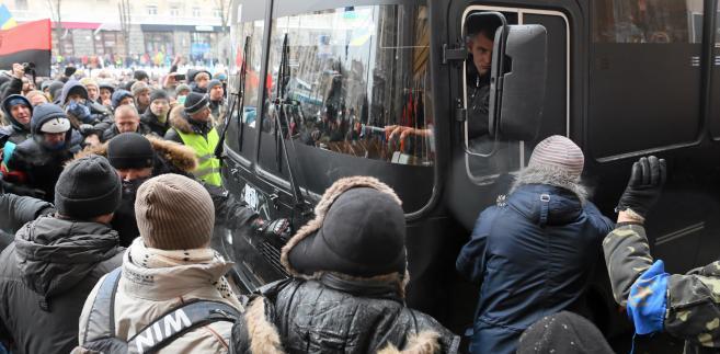 Kijów: Demonstranci wypychają autobusy milicji sprzed Rady Miasta