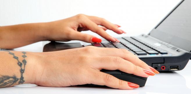 tatuaż, laptop, praca, kobieta