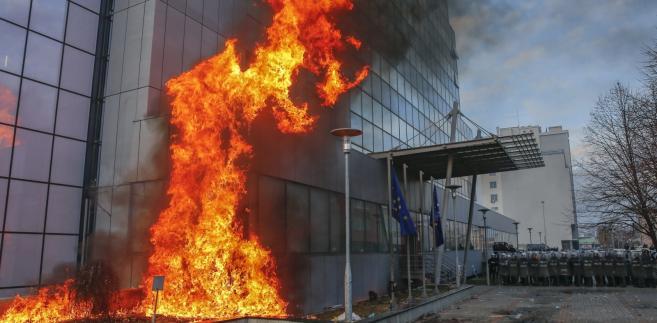 Budynek kosowskiego rządu w płomieniach