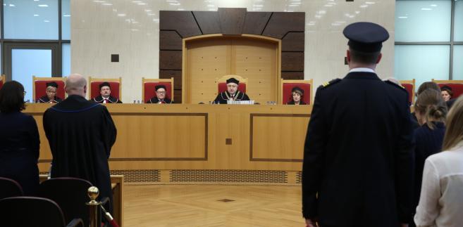 Trybunał uznał, że grudniowa nowelizacja ustawy o TK jest niezgodna z konstytucją. Sędziowie doszli bowiem do wniosku, że Sejm procedował nad projektem z naruszeniem zasad poprawnej legislacji