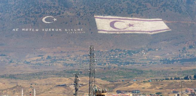 Podział Cypru, niewielkiej wyspy położonej we wschodniej części Morza Śródziemnego, 40 kilometrów na południe od Turcji, na legalną zamieszkaną przez Greków cypryjskich Republikę Cypru i nielegalną uznawaną tylko przez Ankarę i zamieszkaną przez Turków cypryjskich Turecką Republikę Północnego Cypru nastąpił w 1974 r., w wyniku interwencji armii tureckiej w odpowiedzi na zamach stanu przeprowadzony przez grecko-cypryjskich nacjonalistów