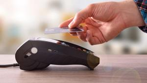Każdy bank decyduje, jakie możliwości na karcie zaoferuje swoim klientom.