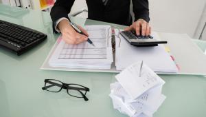 Maksymalną część należności podlegającą potrąceniu (kwotę graniczną) ustala się od kwoty brutto zasiłku, czyli przed odliczeniem miesięcznej zaliczki na podatek dochodowy od osób fizycznych.