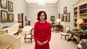 Jackie, reż. Pablo LarraínJacqueline Bouvier Kennedy ma 34 lata, kiedy jej mąż zostaje wybrany na Prezydenta Stanów Zjednoczonych. Elegancka i stylowa, od razu staje się globalną ikoną, jedną z najbardziej znanych kobiet na świecie. Jej intuicja i smak w kwestiach mody, sztuki i wystroju wnętrz są powszechnie podziwiane. Jednak 22 listopada 1963 roku poukładany świat Pierwszej Damy rozsypuje się na kawałki. Podczas wyborczej podróży do Dallas, ginie John F. Kennedy, a pogrążona w żałobie Jacqueline, na pokładzie Air Force One, powraca do Waszyngtonu. Mierząc się z tragedią, postanawia kontynuować dzieło męża. W ciągu kilku dni nie tylko dopisze triumfalny koniec do mitu JFK, ale też ugruntuje legendę, której na imię... Jackie. [opis dystrybutora kino]Data polskiej premiery: 3 lutego 2017