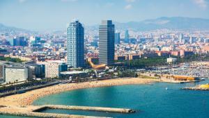 1. HiszpaniaNajbardziej przyjaznym dla turystów miejsce okazała się Hiszpania. Kraj ten znajduje się na trzecim miejscu pod względem najczęściej odwiedzanych państw na świecie. Każdego roku odwiedza je 75 mln turystów.Na zdjęciu Barcelona