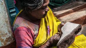 Buty, które nosimy mogą być ręcznie szyte przez pracujące chałupniczo kobiety. Te pracownice zazwyczaj mają niewiele praw, żadnej pewności zatrudnienia i są w ogromnym stopniu narażone na wyzyskiwanie przez pracodawcę.