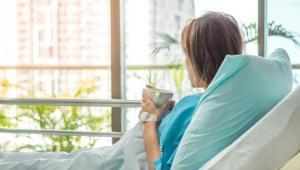 Płatnikiem zasiłku chorobowego dla zleceniobiorcy jest albo ZUS, albo zleceniodawca, w zależności od tego, który podmiot jest uprawniony do wypłaty takich świadczeń w danym roku kalendarzowym
