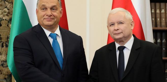 """""""To, co się dzieje wobec Polski teraz w UE, to jest brak szacunku. To nie jest tylko błąd polityczny, to nie jest tylko niegodne, ale to jest brak szacunku. Uważam, że z Polską należy rozmawiać z szacunkiem, tak jak to jest napisane w traktacie"""" - oświadczył Orban."""