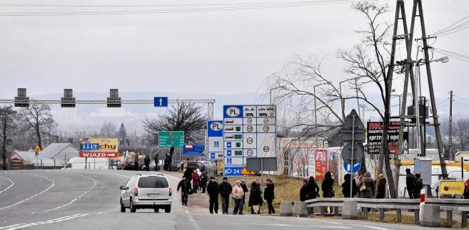 Auta zarejestrowane w Polsce i użytkowane przez Ukraińców stanowią, w zależności od pory roku, od 38 do 45 proc. ruchu granicznego