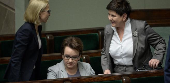 Minister finansów Teresa Czerwińska, minister edukacji Anna Zalewska i wicepremier Beata Szydło