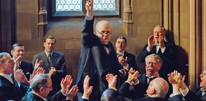 """""""Czas mroku"""" w reżyserii Joego Wrighta już na ekranach kin. W środku Gary Oldman w roli Winstona Churchilla"""