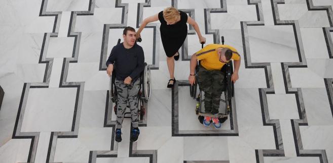 Premier Mateusz Morawiecki na spotkaniu z protestującymi pod koniec kwietnia zapowiedział utworzenie specjalnego funduszu wsparcia osób niepełnosprawnych, na który złożyłaby się danina pochodząca od osób najlepiej zarabiających.