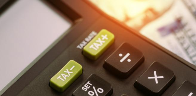 Ministerstwo Finansów tłumaczy, że zapłata VAT do urzędu skarbowego będzie przebiegała tak jak dotychczas.