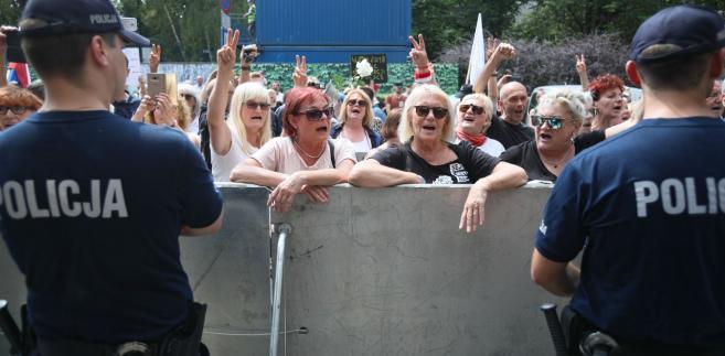 """PiS zwraca uwagę, że napisy pojawiły się po piątkowych """"protestach KOD, Obywateli RP i partii opozycyjnych przeciwko reformie sądownictwa"""" i jest to już kolejny akt wandalizmu wymierzony w tę formację."""