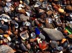 Szklana plaża – idealne świadectwo niesamowitych zdolności przyrody do przetwarzani śmieci. Fort Braggs w Kalifornii do końca lat 60-tych XX wieku, było miejscem gdzie ludzie z klifu wyrzucali do oceanu śmieci. Kilkadziesiąt lat później woda wyrzuciła na brzeg idealnie gładkie szkło, tworzące niesamowita szklaną plażę.