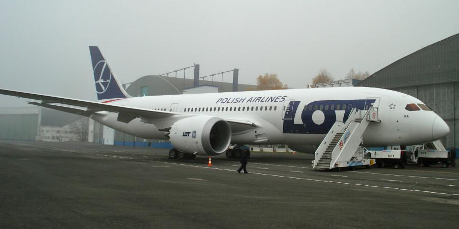 Boeing 787 Dreamliner na płycie lotniska w Warszawie