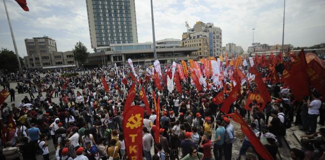 Taksim Square - Turkowie protestują przeciwko budowie centrum handlowego.