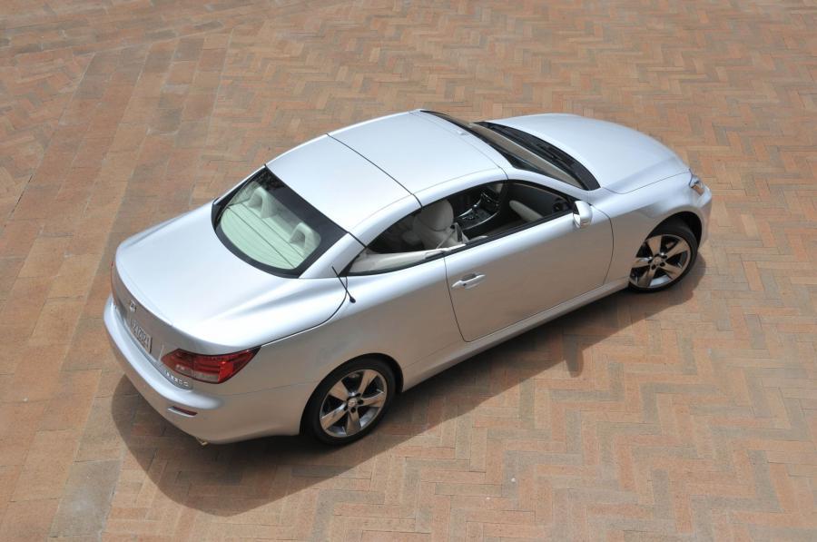 Ten Lexus 2010 IS350C ma trzyczęściowy dach z aluminium.