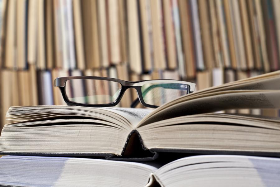 książki, okulary, prawo