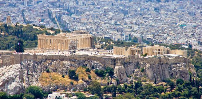 Z pożarami walczy ponad 130 strażaków, wspomaganych przez pięć samolotów i dwa śmigłowce, ale akcji gaśniczej z powietrza przeszkadza wiatr. Grecka obrona cywilna ostrzegała w niedzielę przed możliwością pożarów, ponieważ na poniedziałek zapowiadano w centrum Grecji 41 stopni C.