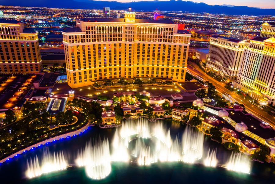 Fontanny hotelu Bellagio w Las Vegas. Inspirowany otoczeniem jeziora Como we włoskim mieście Bellagio, hotel znany jest ze swojej elegancji. Do głównych atrakcji kompleksu należy 3.2–hektarowe, ulokowane pomiędzy budynkiem Bellagio, a Las Vegas Strip, sztuczne jezioro, w którym znajdują się słynne Fountains of Bellagio, czyli ogromne fontanny synchronizowane z muzyką. Na przestrzeni lat stały się one jednym z najbardziej rozpoznawalnych symboli Las Vegas.