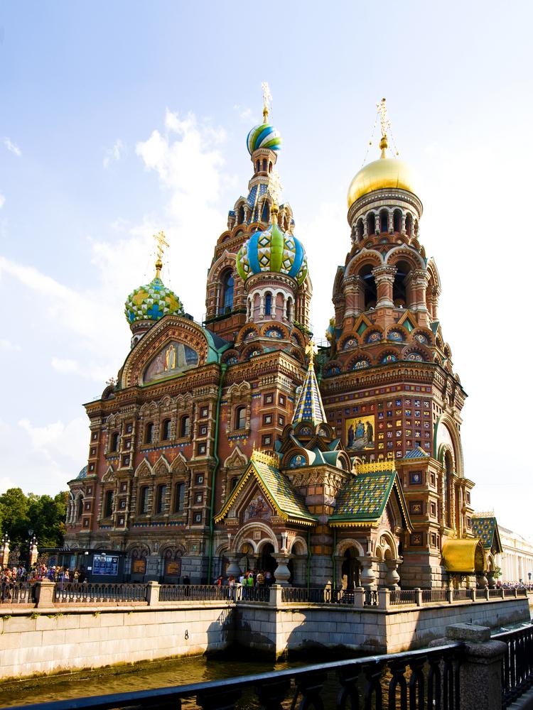 Cerkiew Zmartwychwstania Pańskiego, Sobórna Zbawiciela na Krwi w Sankt Petersburgu. Budowla została wzniesiona na miejscu, gdzie w 1881 roku został zamordowany car Aleksander II Romanow i stąd właśnie pochodzi popularna nazwa cerkwi - na Krwi. Prace rozpoczął w 1883 roku Aleksander III Romanow dla upamiętnienia swojego ojca i trwały one do 1907.