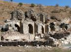 Domy na tarasach, należały do bogatszych mieszkańców Efezu. Najstarsze z nich zostały zbudowane na początku I wieku. Największy rozkwit tej dzielnicy przypada na II – IV wiek. W późniejszych stuleciach stopniowo zabudowa została zaniedbana. Ostatnie domy zostały opuszczone w połowie VII wieku. Były to typowe domy z pomieszczeniami rozmieszczonymi wokół wewnętrznego dziedzińca, atrium, otoczonego perystylem. Ogrzewane centralnie systemami zwanymi hypocaustum, zaopatrywane w wodę z niewielkich domowych fontann, ozdobione różnobarwnym marmurem, mozaikami, freskami często o tematyce mitologicznej. W niektórych domach, na parterze mieściły się sklepy. Odkryte wśród ruin przedmioty codziennego użytku, wyposażenia pomieszczeń, mozaiki i freski są eksponowane w muzeum w Selçuk.