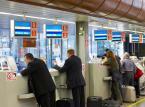 <b>Bileter</b> <br></br> Zmierzch okienek z biletami jest coraz bliższy. Poczta czy kolej tak szybko, jak to możliwe, zastępują obsługę klienta indywidualnego automatami i obsługą online (oba te rozwiązania umożliwiają sprzedaż biletów w trybie całodobowym przez siedem dni w tygodniu). Poczta Polska zwalnia pracowników, który obsługują coraz mniejszą liczbę klientów przy okienkach, zatrudnia za to specjalistów w działach usług elektronicznych. Z kolei przewoźnicy kolejowi systematycznie zwiększają sieć automatów oraz zachęcają klientów do kupowania biletów przez Internet, a coraz częściej również przez smartfony. Rachunek ekonomiczny w zestawieniu człowiek kontra IT nieubłaganie wskazuje na to drugie rozwiązanie jako tańsze i wygodniejsze dla konsumentów. Zatrudnienie zachowają tylko niektórzy bileterzy, którzy zajmą się obsługą spraw zbyt skomplikowanych dla algorytmów maszyn.