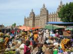<strong>Mali<strong></strong><br /><br />  W związku z zamachami terrorystycznymi w stolicy Mali oraz z uwagi na toczące się walki w północnych rejonach tego kraju i utrzymujące się wysokie zagrożenie działalnością terrorystyczną, a także ryzyko porwań cudzoziemców (zwłaszcza w Timbouctou, Kidal i Gao), Ministerstwo Spraw Zagranicznych zaleca obywatelom polskim powstrzymanie się od podróży do i przez terytorium Mali do czasu normalizacji sytuacji wewnętrznej w tym kraju. Osoby planujące podróż wbrew powyższemu ostrzeżeniu lub już przebywające w Mali powinny zachować szczególną ostrożność, unikać wyżej wymienionych regionów oraz zgłosić pobyt w systemie Odyseusz. Źródło: MSZ.<br /><br />