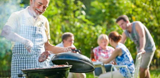 sąsiedzi przy grillu