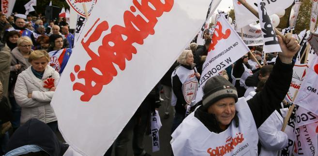 Manifestacja zorganizowana przed KPRM przez przez ZNP i oświatową Solidarność.