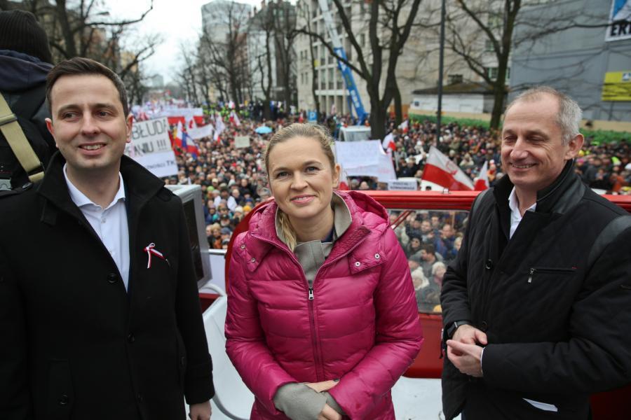 https://g2.gazetaprawna.pl/p/_wspolne/pliki/2402000/2402406-manifestacja-kod-politycy.jpg