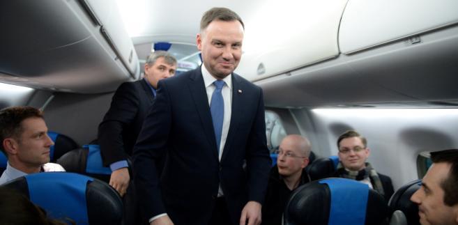 Prezydent Andrzej Duda na pokładzie samolotu, przed wylotem z Krakówa do Brukseli.