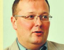 Dr Kamil Kulesza matematyk i informatyk, po doktoracie w PAN przebywał przez kilka lat w Cambridge. Obecnie kieruje Centrum Zastosowań Matematyki i Inżynierii Systemów działającym w ramach Polskiej Akademii Nauk