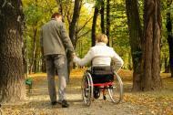 Zgodnie z Art. 5 ustawy, postępowanie w sprawie ustalenia prawa do zasiłku dla opiekuna organ ustalający prawo do świadczeń pielęgnacyjnych wszczyna na wniosek osoby ubiegającej się o zasiłek dla opiekuna. Wniosek może być złożony nie później niż w terminie 4 miesięcy od dnia wejścia w życie ustawy. Jeżeli w okresie, o którym mowa w ust. 1, toczy się postępowanie o wydanie orzeczenia o niepełnosprawności lub orzeczenia o stopniu niepełnosprawności osobie, nad którą jest sprawowana opieka, wniosek może być złożony nie później niż w terminie 4 miesięcy od dnia wydania tego orzeczenia.. Ustalając prawo do zasiłku dla opiekuna, organ, o którym mowa w ust. 1, może odebrać oświadczenie o spełnianiu warunków do otrzymania świadczenia pielęgnacyjnego na podstawie ustawy z dnia 28 listopada 2003 r. o świadczeniach rodzinnych w brzmieniu obowiązującym w dniu 31 grudnia 2012 r., odpowiednio za okresy, o których mowa w art. 2 ust. 2pkt 1, lub w dniu składania wniosku.