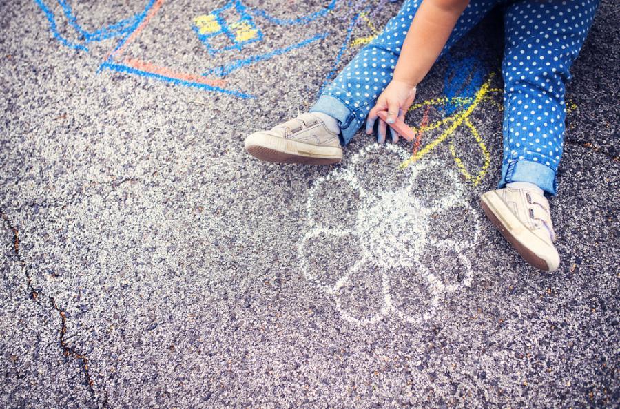 dziecko, kreda, chodnik, zabawa