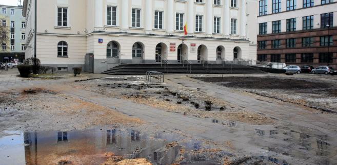 Tak dziś wygląda teren przed siedzibą władz stołecznej dzielnicy Śródmieście