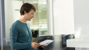Pracownik drukuje prywatne dokumenty w pracy? To dodatkowe koszty i zagrożenie dla firmy.