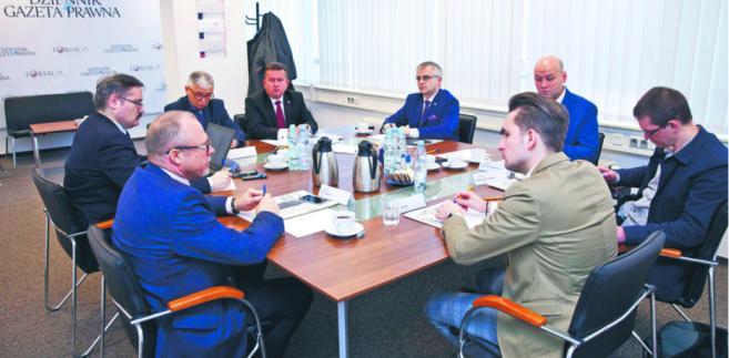 Na drugiej w ostatnim czasie debacie poświęconej Polsce Samorządnej udział wzięli (od lewej): Jacek Protas, Grzegorz Kubalski, Marek Wójcik, Roman Smogorzewski, Andrzej Maciejewski, Szymon Szynkowski vel Sęk, Grzegorz Makowski