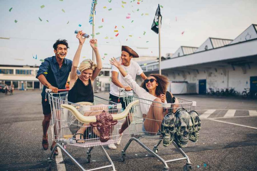Młodzi ludzie, zabawa, milenialsi