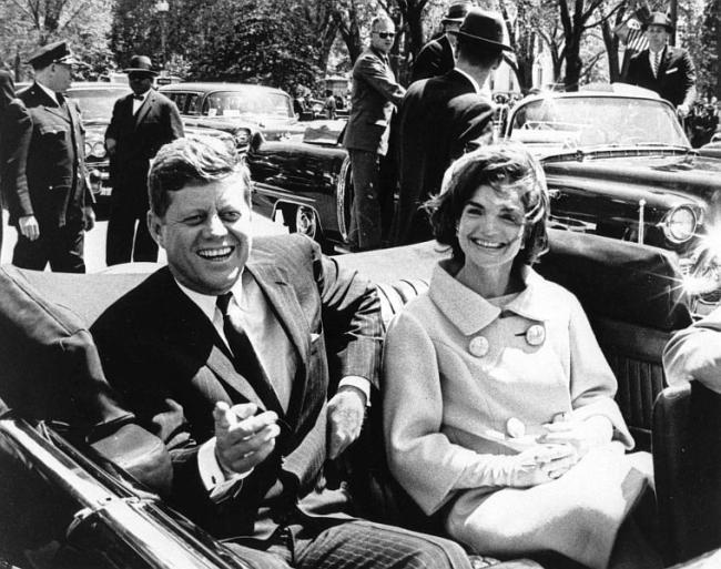 John F. Kennedy i pierwsza dama Jacqueline Kennedy. Zdjęcie z 1961 roku