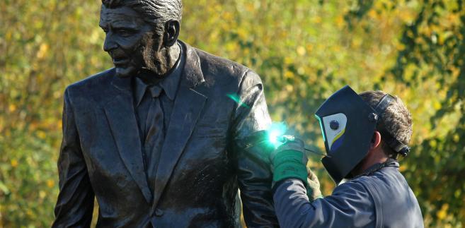 Pomnik Ronalda Reagana w Gdańsku w trakcie prac naprawczych