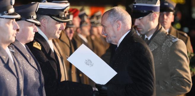 Antoni Macierewicz wręcza nominacje oficerskie