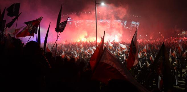 """Transparenty z napisami """"Europa będzie biała albo bezludna"""" czy też opatrzony krzyżem celtyckim i znakiem falangi """"Biała Europa braterskich narodów"""" wywołały oburzenie nie tylko w Polsce, ale też na świecie."""