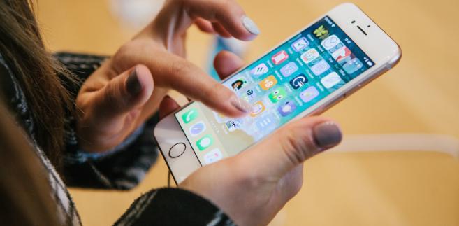 Na całym świecie w III kw. – a więc przed premierami najnowszych modeli – Apple sprzedał 46,7 mln sztuk iPhone'a, uzyskując z tego 28,8 mld dol. przychodów. Stanowiły one 55 proc. obrotów całej spółki.