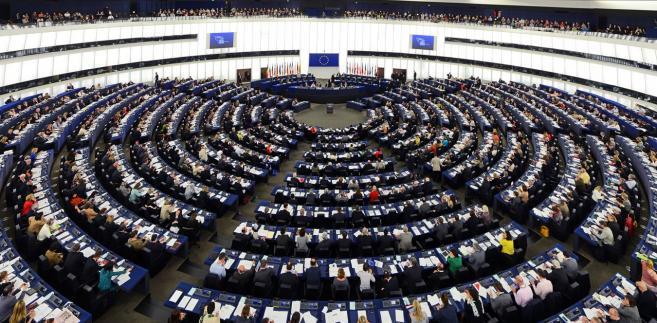 """Rezolucja, która będzie głosowana w poniedziałek, została przygotowana - jak podały służby prasowe Parlamentu Europejskiego - po decyzji Komisji Europejskiej o uruchomieniu artykułu 7 unijnego traktatu wobec Polski, """"ponieważ kraj ten jest uważany za wyraźnie zagrożony naruszeniem europejskich wartości""""."""