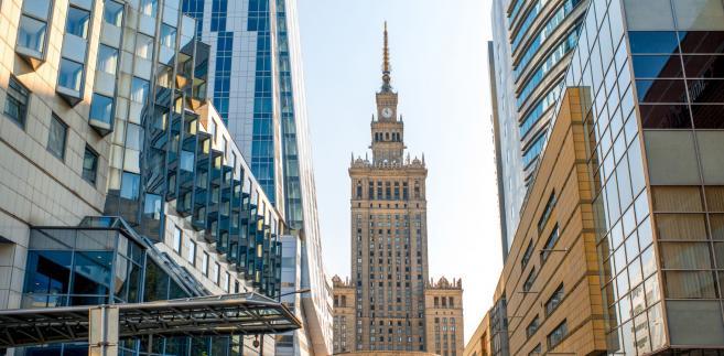 Z kolei Prokuratura Regionalna w Warszawie prowadzi obecnie ponad 120 postępowań, w tym 80 śledztw. Dotyczą one ok. 300 nieruchomości warszawskich. Postawiono już zarzuty sześciu osobom.