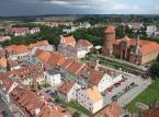 <strong>Reszel</strong> <br></br> Po bitwie pod Grunwaldem Reszel przeszedł pod panowanie Władysława Jagiełły, ale jeszcze jesienią 1410 przywrócono władzę zakonną. W 1440 Reszel przystąpił do Związku Pruskiego założonego w Kwidzynie, jako jedno z miast założycielskich. Tajna Rada Związku Pruskiego w dniu 4 lutego 1454 wypowiedziała posłuszeństwo władzom zakonnym. Dwa dni później opanowano większość zamków krzyżackich i biskupich. Obroniły się tylko Malbork, Sztum i Chojnice. Wojska zakonne rok później opanowały Reszel, biskupom warmińskim przekazały miasto dopiero w 1462. <br></br> 21 sierpnia 1811 w Reszlu miał miejsce ostatni w Królestwie Prus, a także ostatni w Europie przypadek spalenia czarownicy na stosie. Ofiarą była Barbara Zdunk. Oskarżano ją jednak nie tylko o czary, ale przede wszystkim o podpalenie, bowiem w 1807 na zamku miał miejsce pożar, którego przyczyny pozostają niejasne. Proces trwał 3 lata. Sprawa winy budziła kontrowersje, jednak sąd w Królewcu zatwierdził wyrok. Przed spaleniem skazaną uduszono. <br></br> Fot. Ludwig Schneider / Wikimedia Commons, lic. cc-by-sa