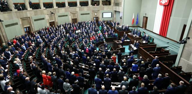 W głosowaniach Sejm przyjął kolejne poprawki do prezydenckiego projektu nowej ustawy o Sądzie Najwyższym i odrzucał wnioski mniejszości.